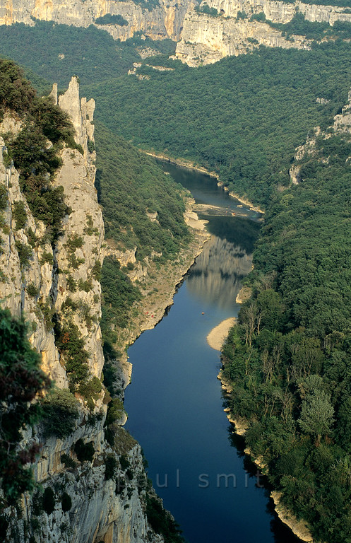 [FRANCE.RHONE 10934] 'Ardèche.'  The Ardèche, which drains into the Rhône north of Orange, is a river whose surface is literally covered by brightly coloured canoes and kayaks during the summer months. Outside the holiday season the stream manifests itself as a wonderful stretch of wild nature. Photo Paul Smit.