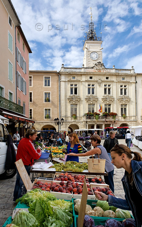 [FRANCE.PROVENCE 10879] 'Town Hall Square in Orange.'  Every thursday the streets of Orange are enlivened by a market. It meanders through the entire centre of the town, but the focus lies undoubtedly on the Town Hall Square with its typical French Hôtel de Ville. Photo Paul Smit.
