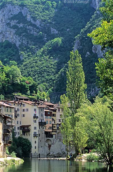 [FRANCE.ALPSNORTH 24.422] 'Pont-en-Royans-2.'  	The Bourne River leaves the Northwest edge of the Vercors massif by way of a green canyon. On this spot the village of Pont-en-Royans has several 'maisons suspendues' (hanging houses) clinging tot the steep sides. Photo Mick Palarczyk.