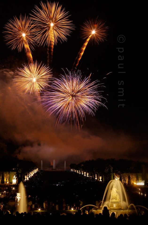 [FRANCE.ILEDEFRANCE 11101] 'Fireworks at the Fountains Night Show, Palace Gardens, Versailles.'  The final chord of the Fountains Night Show (Grands Eaux Nocturnes) is a splendid fireworks. The water jets of the Apollo Fountain, in the background, dance with the fountains of light. Photo Paul Smit.