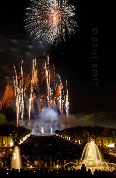 [FRANCE.ILEDEFRANCE 11100] 'Fireworks at the Fountains Night Show, Palace Gardens, Versailles.'  The final chord of the Fountains Night Show (Grands Eaux Nocturnes) is a splendid fireworks. The water jets of the Apollo Fountain, in the background, dance with the fountains of light. Photo Paul Smit.