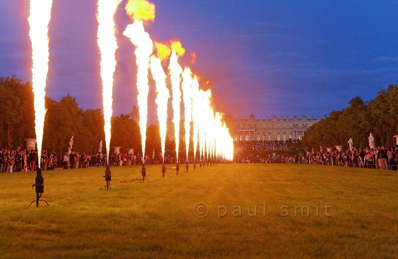 [FRANCE.ILEDEFRANCE 11085] 'Fire ballet in front of the Palace of Versailles.'  Impressive is the ballet of gas flames, perfectly choreographed with the baroque music, during the Fountains Night Show (Grands Eaux Nocturnes) . Photo Paul Smit.