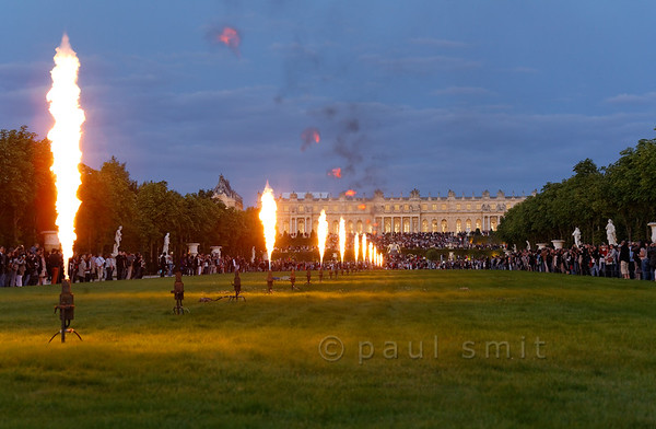 [FRANCE.ILEDEFRANCE 11084] 'Fire ballet in front of the Palace of Versailles.'  Impressive is the ballet of gas flames, perfectly choreographed with the baroque music, during the Fountains Night Show (Grands Eaux Nocturnes) . Photo Paul Smit.
