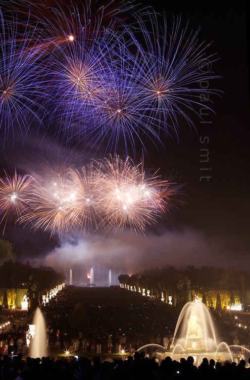 [FRANCE.ILEDEFRANCE 11102] 'Fireworks at the Fountains Night Show, Palace Gardens, Versailles.'  The final chord of the Fountains Night Show (Grands Eaux Nocturnes) is a splendid fireworks. The water jets of the Apollo Fountain, in the background, dance with the fountains of light. Photo Paul Smit.
