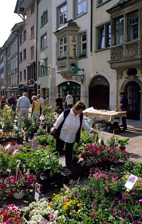 [SWITZER.MITTEL 00834]  'Schaffhausen market.'  Schaffhausen: flower market in the historical Vordergasse. Photo Paul Smit.