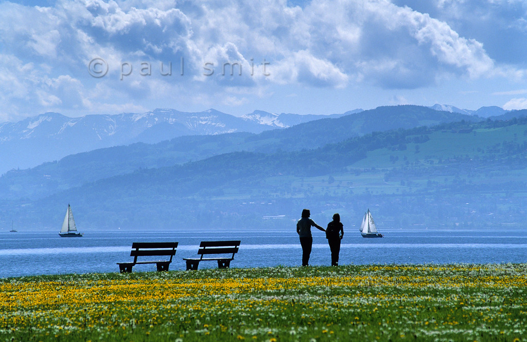[SWITZER.MITTEL 00892]  'Bodensee near Arbon.'  A young couple strolls along the Bodensee shore near Arbon. Photo Paul Smit.