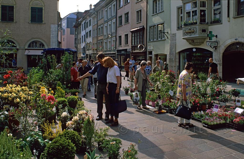 [SWITZER.MITTEL 00836]  'Schaffhausen market.'  Schaffhausen: flower market in the historical Vordergasse. Photo Paul Smit.