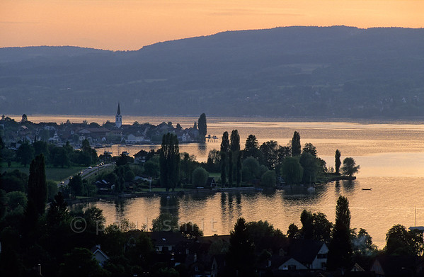 [SWITZER.MITTEL 00867] 'Untersee by evening.'  Evening is falling over Berlingen at the Untersee. You could easily think this lake is part of the Bodensee, but actually there's a small stretch of running water between the two. Photo Paul Smit.