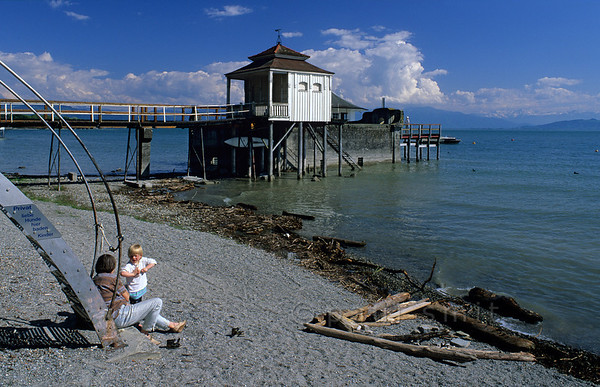 [GERMANY.BAYER 00699] 'Bodensee near Wasserburg'.  Mother and child enjoying themselves at the shore of the Bodensee near Wasserburg. Photo Paul Smit.