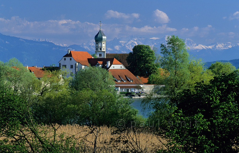 [GERMANY.BAYER 00687] 'Wasserburg.'  Wasserburg is situated at a small peninsula in the Lake of Constance, against the backdrop of the Swiss Alps. Photo Paul Smit.