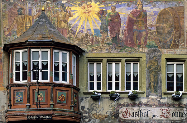 [SWITZER.MITTEL 00855]  'Fresco in Stein am Rhein.'  It is the market square that impresses you in Stein am Rhein: nearly every house and the town hall is covered with murals dating from around 1900, like the inn Gasthof zur Sonne with a mural by Christian Schmidt. It depicts a famous scene from antiquity: philosopher Diogenes (living in a barrel) asking Alexander the Great to step aside because he casts shade on him.  Photo Paul Smit.