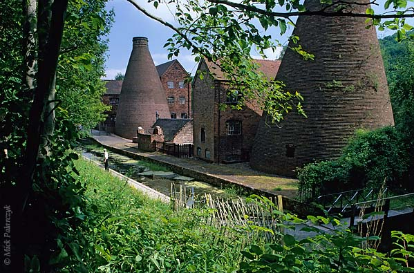 [BRITAIN.ENGMIDDLE 22.180 'Coalport China Works.'  The bottle kilns of Coalport China Works are lining the Shropshire Canal at Ironbridge. The canal was used for the transport of raw materials and finished china products. Photo Mick Palarczyk.