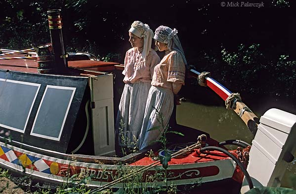 [BRITAIN.ENGMIDDLE 22.055 'Boatwomen.'  Girls at Froghall Wharf, wearing the traditional clothes of the canals. They are very similar to the basic clothes of 19th cent. working people, but the boatpeople continued to wear them into the 20th century. Photo Mick Palarczyk.