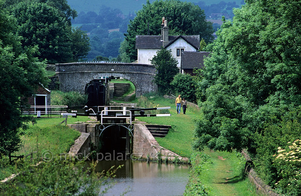 [BRITAIN.MIDDLEENGLAND 22076] 'Caldon Canal.'  Two locks in the Caldon Canal at Hazlehurst Junction south of Leek. Not only for narrowboats the canal offers a beautiful route, for walkers as well. Photo Mick Palarczyk.