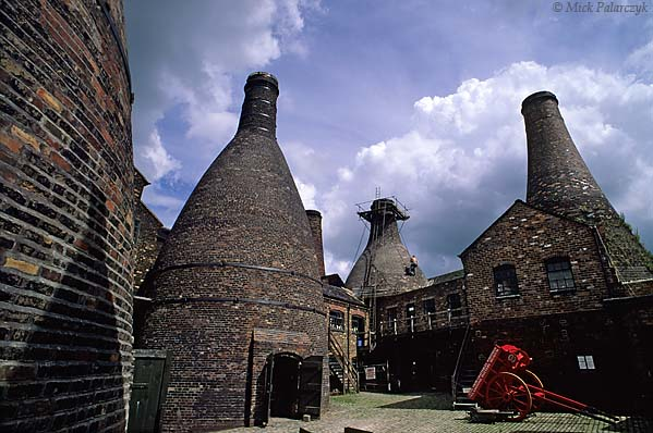 [BRITAIN.ENGMIDDLE 22.417 'Gladstone Pottery.'  The bottle kilns of Gladstone Pottery (now a museum) at Stoke-on-Trent received part of their raw materials, such as ground flint, by way of the Caldon Canal. Photo Mick Palarczyk.
