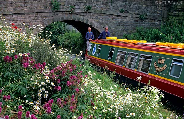 [BRITAIN.ENGMIDDLE 22.149 'Flowery banks.'  Cruising between the flowery banks of the Peak Forest Canal at Disley. The Peak Forest Canal was constructed around 1800 to transport lime from the quarries in the Peak District. Photo Mick Palarczyk.