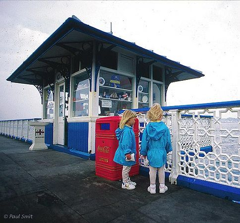 [BRITAIN.WALES 2409] 'At the pier of Llandudno.' In Llandudno a pier stretches into the sea, with a Victorian air of stately elegance. It's tip, not visible in the picture, is furnished with typical English amusement, where the sound of video arcades mingles with the breaking waves. It attracts lots of families with children. Photo Paul Smit.