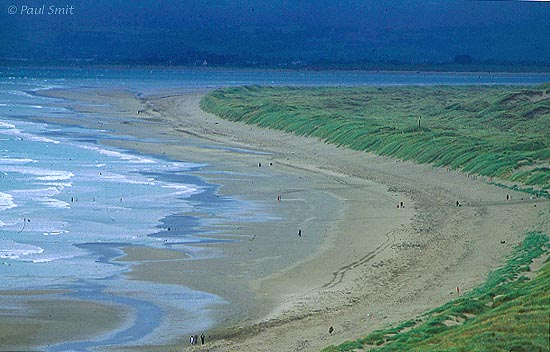 [BRITAIN.WALES 2374] 'Harlech Beach, Snowdonia.' The curve in the extremely wide Harlech Beach looks glorious. Photo Paul Smit.
