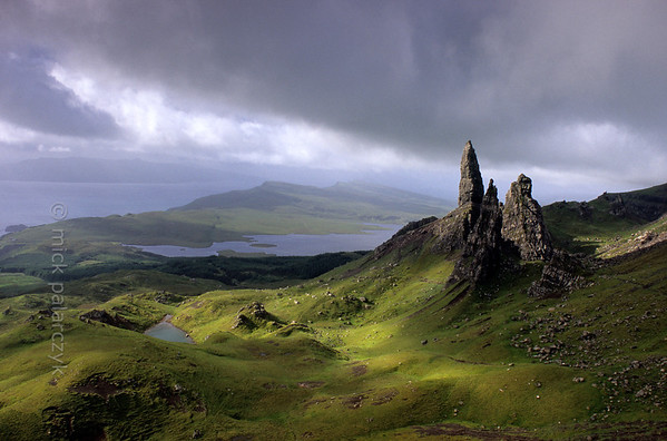 [BRITAIN.HEBRIDES 27751] 'The Old Man of Storr.'  On Skye's Trotternish Peninsula the pinnacle of the Old Man of Storr gives a dramatic touch to the landscape. Its geological history is no less dramatic. As most of northern Skye, the Old Man consists of lava that welled up from the earth as The Atlantic Ocean opened up and Western Europe and America started to drift apart 60 millions years ago. On the eastern edge of the Trotternish peninsula parts of the formed lava sheet tumbled down in massive landslides, creating jagged peaks such as the Old Man. Photo Mick Palarczyk.
