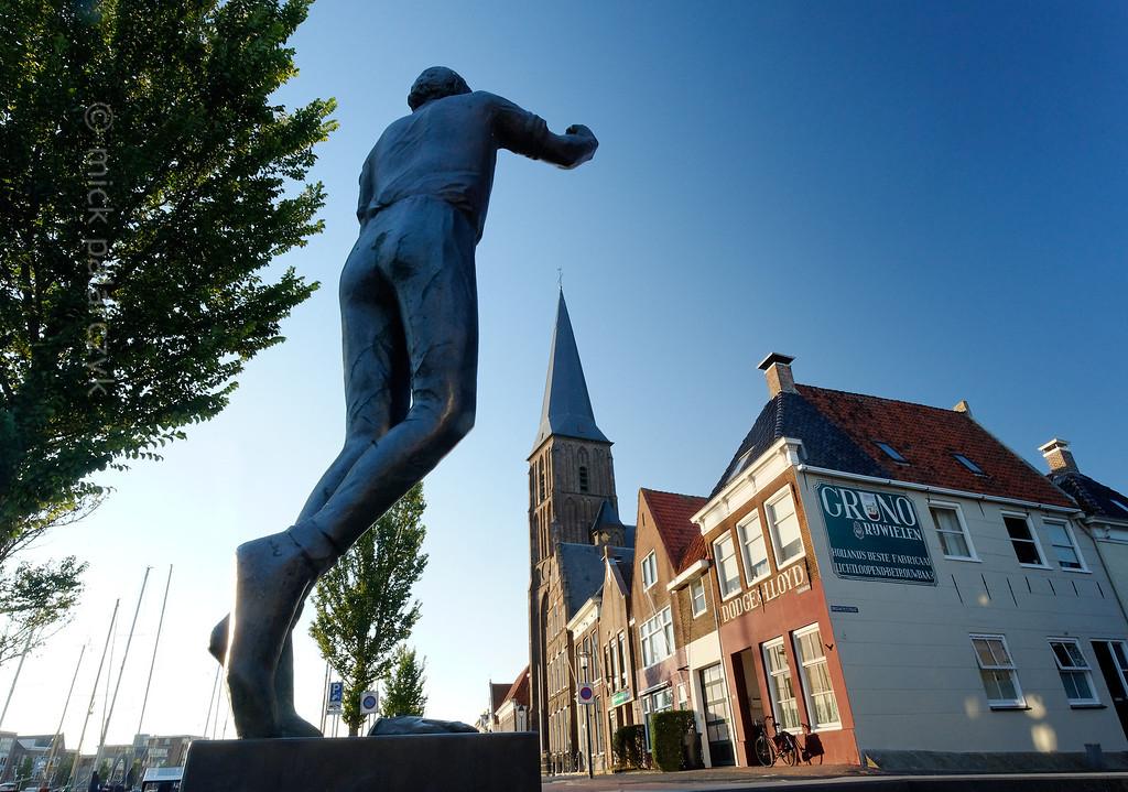 [HOLLAND.FRIESLAND 30235] 'Statue of 'kaatser' Hotze Schuil in Harlingen.'