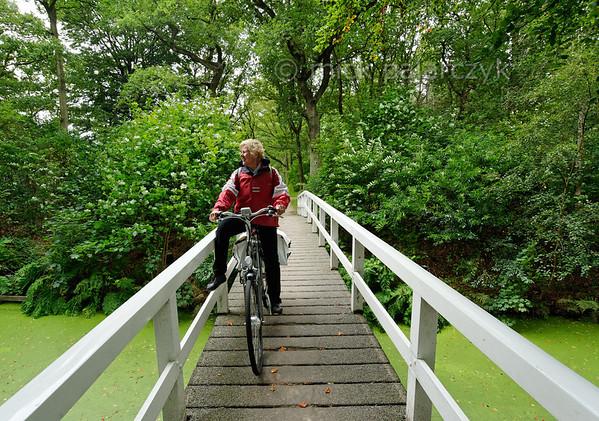 [HOLLAND.FRIESLAND 30174] 'Cyclist in Gaasterland.'