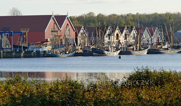 [HOLLAND.GRONINGEN 29447] 'Wooden houses in Zoutkamp.'  Wooden houses and fishing boats in the harbour of Zoutkamp line the quay of the Reitdiep river. Photo Mick Palarczyk.