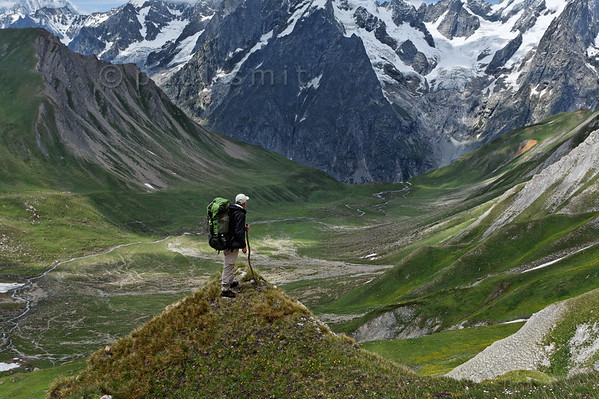 Hiker overlooking the Vallone di Malatra.