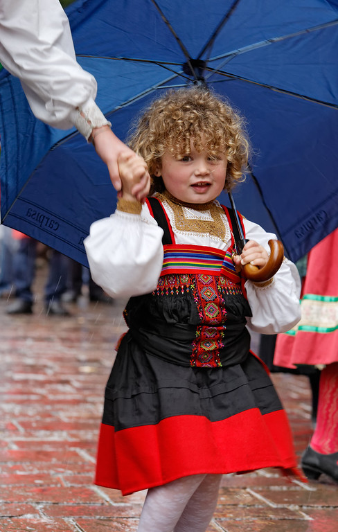 [ITALY.PIEMONTE 11093] 'Parade in Varallo.'  Child in the traditional dress of Valsesia (Sesia valley) during a rainy parade in Varallo. Photo Paul Smit.
