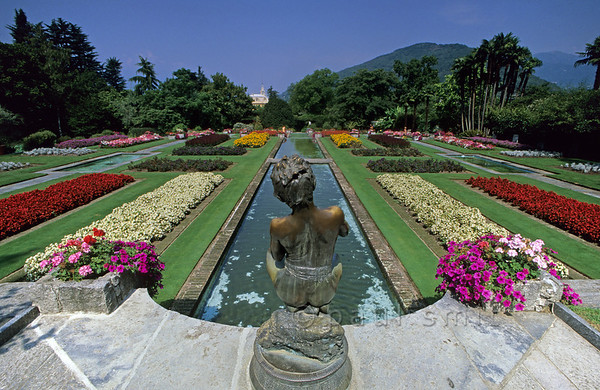 [ITALY.PIEMONTE 01606]  'Garden of Villa Taranto.'  Not only on the islands, on the shores of Lago Maggiore you encounter gardens as well. The one of Villa Taranto, situated on a peninsula between Intra and Pallanza, was designed by a Scottish officer. Its flower beds stand in close order. Photo Paul Smit.
