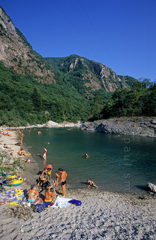 [SWITZER.TICINO 01334]  'Maggia beach.'  Waterside recreation in Vallemaggia, near Ponte Brolla. Close to Locarno, this is a favorite weekend riverside spot for the local Swiss. Photo Paul Smit.