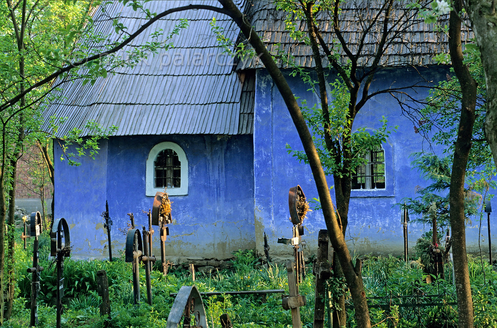 [ROMANIA.MARAMURES 23.675] 'Colourful church.'