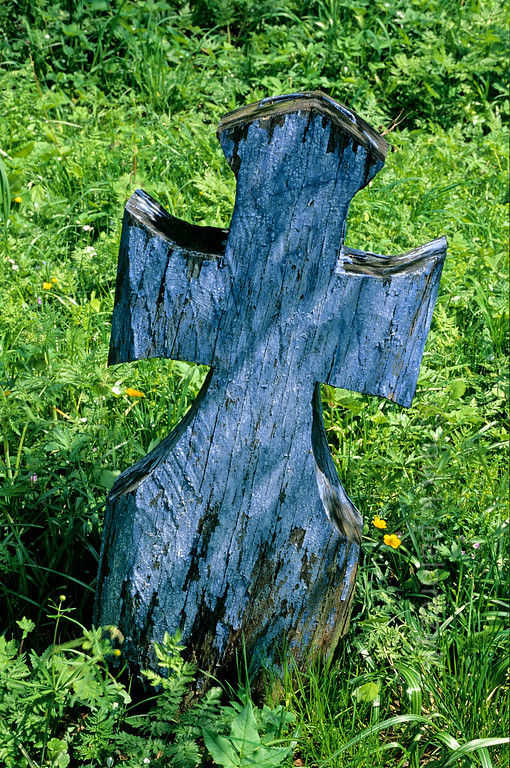 [ROMANIA.MARAMURES 23.679] 'Blue cross.'  A simple wooden cross marks a grave on the graveyard of Desesti. The blue colour is a symbol for hope and freedom. Photo Mick Palarczyk.