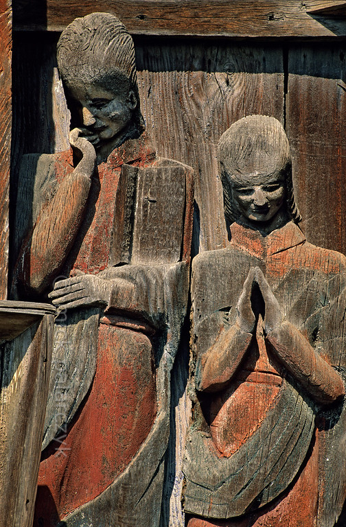 [ROMANIA.MARAMURES 23.718] 'Mourning figures.'  Mourning figures at the foot of the 17th century crucifix at Berbesti. Photo Mick Palarczyk.