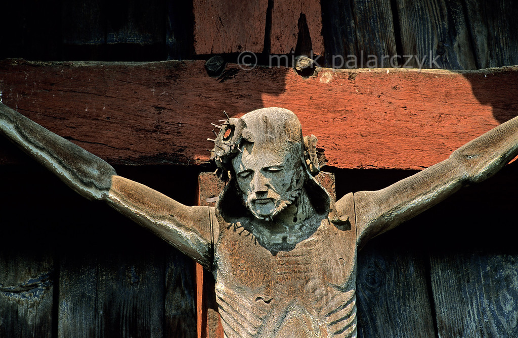 [ROMANIA.MARAMURES 23.709] 'Suffering Christ.'  The 17th century artist who created the crucifixion scene at Berbesti has succeeded in giving Christ a suffering and resigned look. A few nails aptly evoke the thorn crown on his head. Photo Mick Palarczyk.