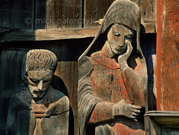 [ROMANIA.MARAMURES 23.712] 'Mourning figures.'  Mourning figures at the foot of the 17th century crucifix at Berbesti. Photo Mick Palarczyk.