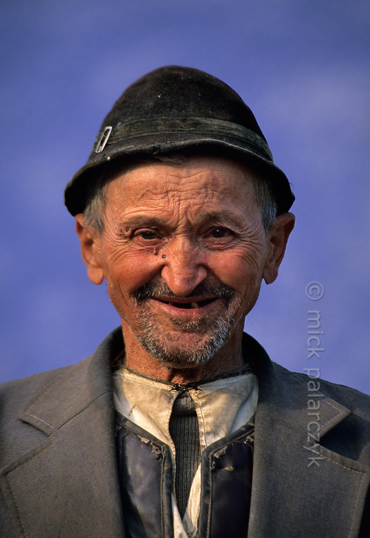 [ROMANIA.TRANSYLVA 24.176] 'Old man at Ighisu Vechi.'  The South Transylvanian village of Ighisu Vechi is located in the hills between Sibiu and Agnita. Photo Mick Palarczyk.