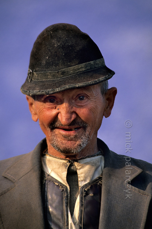 [ROMANIA.TRANSYLVA 24.177] 'Old man at Ighisu Vechi.'