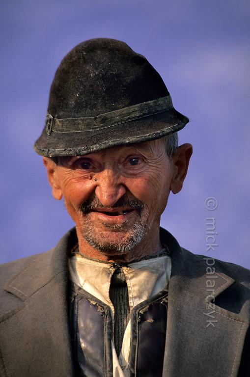 [ROMANIA.TRANSYLVA 24.177] 'Old man at Ighisu Vechi.'  The South Transylvanian village of Ighisu Vechi is located in the hills between Sibiu and Agnita. Photo Mick Palarczyk.