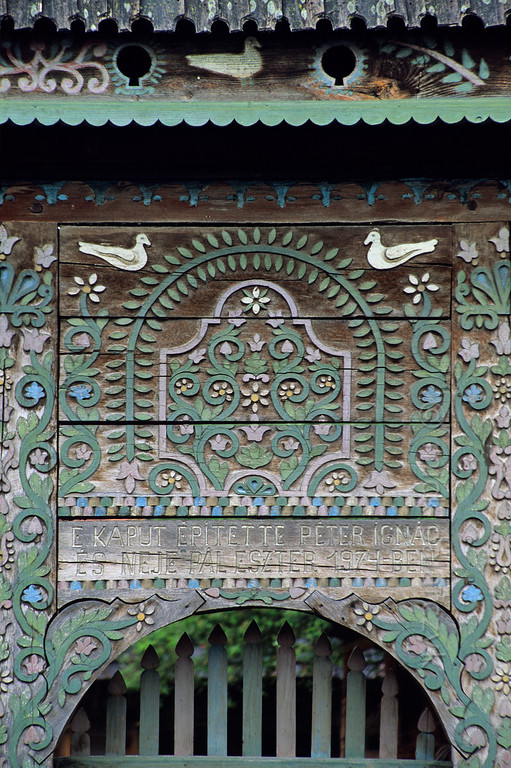 [ROMANIA.TRANSYLVA 24.138] 'Hungarian gate.'  	At Bradesti (north of Odorheiu Secuiesc) several decorated gates with little dovecots on top can be admired. They are typical for the houses of the Hungarian minority living in the region around Georgheni. Photo Mick Palarczyk.