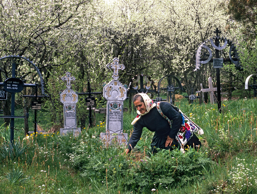 [ROMANIA.MARAMURES 23.660] 'Weeding a grave.'