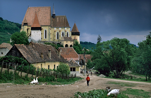 [ROMANIA.TRANSYLVA 24.187] 'Fortified church.'  	The Saxon fortified church of Biertan, built in 1516, is on UNESCO's World Heritage List. It was the seat of the Lutheran bishops who administered the German settlers of Transylvania. Photo Mick Palarczyk.