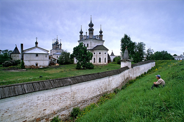 [RUSSIA.GOLDENRING 26.036] 'Monastery of Yuryev-Polskoi.'  	The town of Yuryev-Polskoi is still surrounded by its 12th century kremlin ramparts. From it you have nice view across the wall of the Monastery of the Archangel Michael with its 18th century Cathedral (centre) and 17th century Gate-Church of John Theologos (left with five little domes). Photo Mick Palarczyk.