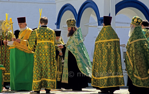 [RUSSIA.GOLDENRING 25.915] 'Outdoor mass.'  Displaying a feast of colourful brocade garments, Russian Orthodox priests celebrate an outdoor Whit Saturday mass in the monastery at Bogolyubovo. Photo Mick Palarczyk.