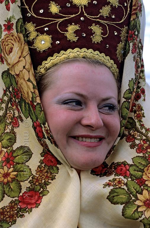 [RUSSIA.GOLDENRING 25.981] 'Girl with kokoshnik.'  At Suzdal a girl is wearing a kokoshnik (traditional high cap) covered by a namitka (headkerchief) during Troitsa (Whit Sunday) festivities. Photo Mick Palarczyk.