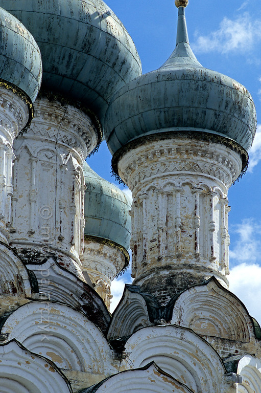 [RUSSIA.GOLDENRING 25.924] 'Onion domes at Vladimir.'  	At Vladimir the onion domes of the Assumption (Uspenski) Church (1649) rise above tiers of so-called kokoshniks (horseshoe shaped arches). Photo Mick Palarczyk.