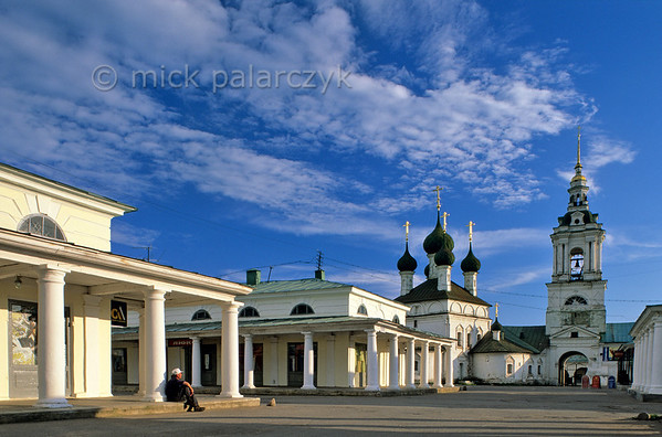 [RUSSIA.GOLDENRING 26.090] 'Shopping arcades.'  	The 18th and 19th century shopping arcades of Kostroma were built in a neoclassical style. The Church of Our Saviour (1766) is flanked by a high classical bell-tower. Photo Mick Palarczyk.