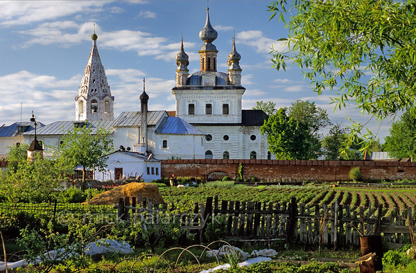 [RUSSIA.GOLDENRING 26.037] 'Monastery of Yuryev-Polskoi.'  	From the kremlin ramparts of Yuryev-Polskoi you have a nice view of the Monastery of the Archangel Michael with its 18th century Cathedral (centre) and 17th century bell-tower (left). Photo Mick Palarczyk.