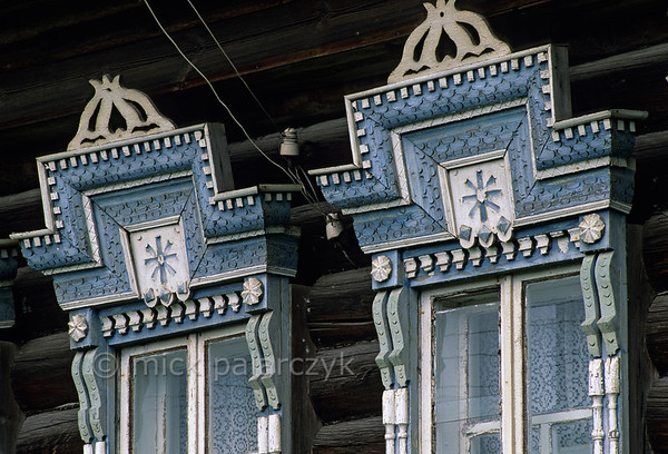 [RUSSIA.GOLDENRING 26.153] 'Decorated windows.'  The windows of an izba (traditional house) in Slobodka village (20 km north of Pereslavl-Zalessky) are topped by decorative carpentry. Photo Mick Palarczyk.