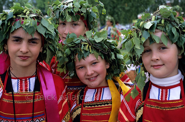 [RUSSIA.GOLDENRING 25.986] 'Birch girls.'  During Troitsa (Whit Sunday) festivities in Suzdal girls in traditional dress wear wreaths of birch twigs. The birch personifies the renewal of life in spring. Photo Mick Palarczyk.