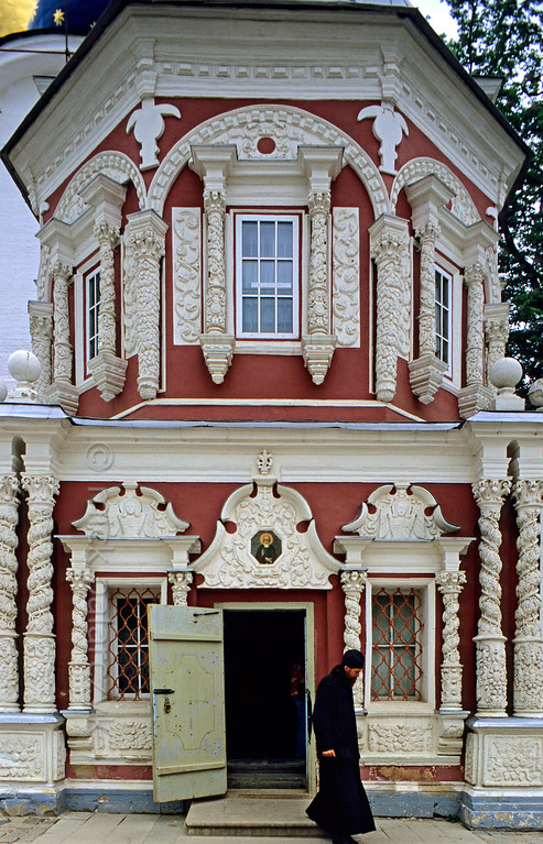 [RUSSIA.GOLDENRING 26.190] 'Chapel-at-the-Well.'  	At the Trinity Monastery of St. Sergius in Sergiev Posad (formerly known as Zagorsk) the 17th century Chapel-at-the-Well was built over a spring which is believed to have healing powers. People from all over Russia come here to tap the water. Photo Mick Palarczyk.